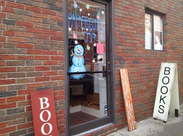 Yup, open the door to a cozy, wondrous bookstore! (photo: DY)